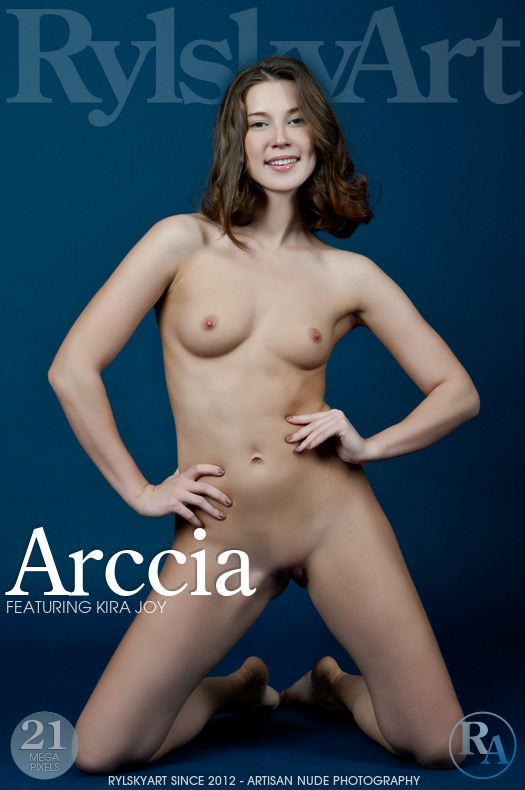 Très Excitante Jeune Brunette pose Nue Kira Joy Rylsky-Art Sexy Fille Photo Erotique
